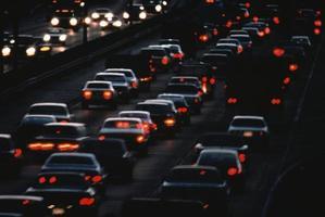 tráfico urbano nocturno