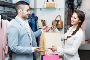 cliente feliz com assistente de loja
