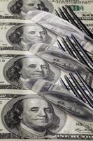 facas de aço inoxidável e dinheiro nos