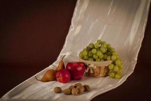 bodegón con frutas y cortinas