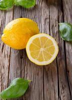 Frutas frescas sobre madera. foto