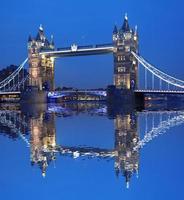 famosa ponte da torre à noite, londres, inglaterra