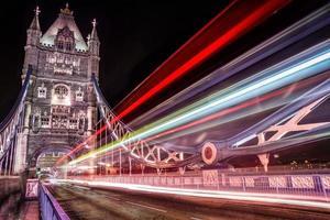 Puente de la torre con senderos de luz en una fría noche de invierno foto