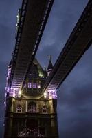 puente de la torre al amanecer