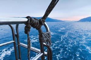 republica de montenegro. mar, montañas y nubes en el cielo. foto