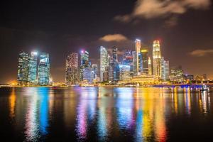 Paisaje nocturno del centro de Singapur en Marina Bay