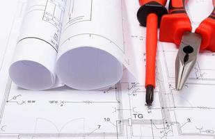diagramas eléctricos enrollados y herramientas de trabajo en dibujo