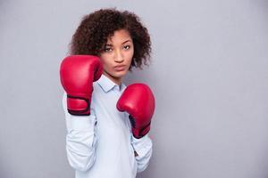 mujer afroamericana en guantes de boxeo foto
