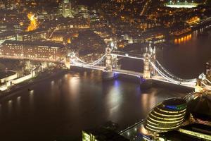 Vista superior del Tower Bridge en la noche Crepúsculo Londres, Inglaterra, Reino Unido.