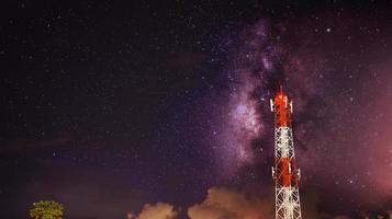 vía láctea sobre torre de telecomunicaciones foto