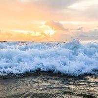ola de mar y puesta de sol foto
