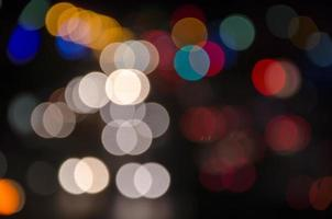 luces de coche de carretera de gran ciudad en la noche foto
