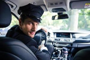 Chofer masculino sentado en un automóvil foto