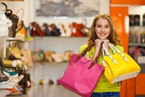 chica con bolsas de compras foto