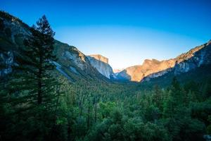 Valle de Yosemite y las montañas de Sierra Nevada en California foto