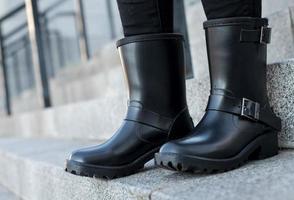Cerca de elegantes zapatos de mujer botas. concepto de calzado al aire libre foto