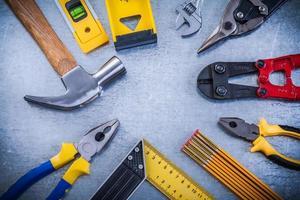 Reparatur von Werkzeugen auf zerkratzten metallischen Hintergrundkonstruktionen