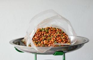 comida para perros en bolsa de plástico en bandeja de balanza foto