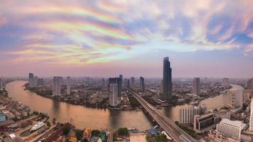 Panorama del horizonte de vista aérea curva del río Bangkok durante el crepúsculo