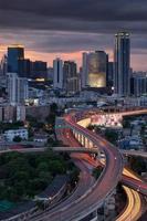 cidade de Banguecoque com rodovia expressa ao pôr do sol.
