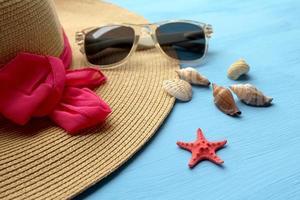 sombrero y gafas de sol - moda de verano foto