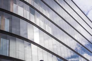linhas abstratas da fachada e reflexão de vidro no edifício moderno,