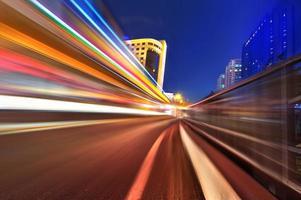 senderos de luz en el fondo del edificio moderno en Shangai, China