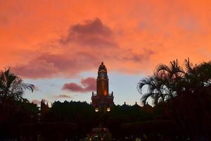 prefeitura ao pôr do sol com nuvens tempestuosas, merida, méxico