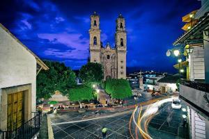 plaza de la ciudad y la iglesia del templo de santa prisca en la noche