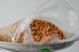 alimento para mascotas en bolsa de plástico en bandeja de balanza de acero foto