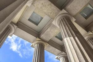 placé au-dessus des colonnes