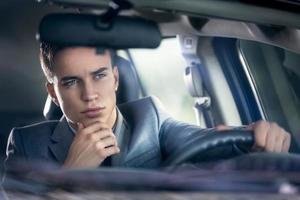 hombre de elegancia conduciendo su automóvil