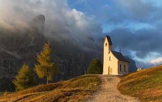iglesia iluminada por la mañana foto