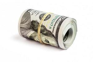 rollo de billetes de cien dólares aislado foto