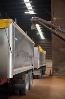 camion et remorque en entrepôt