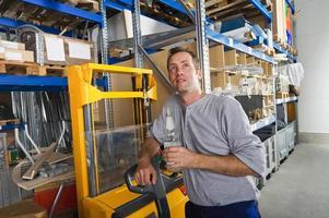 Alemania, Baviera, Munich, trabajador manual con botella de agua foto