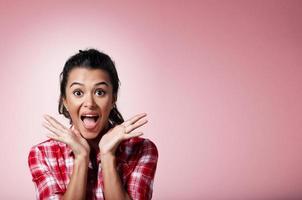 closeup retrato mulher surpreendida em palmas e boca aberta