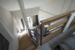 escalera en el interior del apartamento dúplex