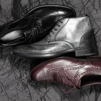 Conjunto de calzado de hombre sobre un fondo negro foto