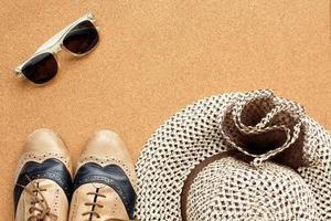 zapatos, lentes de sol y sombrero foto