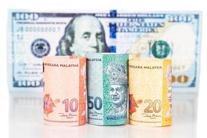 close up van Maleisië ringgit muntbiljet tegen ons dollar