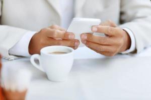 homme gentil assis dans le café