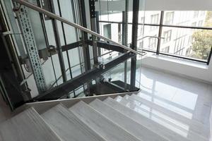 ascensor y escaleras foto