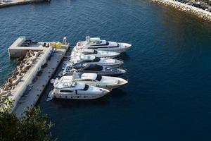 Yate en el puerto de Mónaco. barcos caros y hermosos