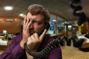 el hombre habla por teléfono