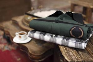 camisas en la mesa de café foto