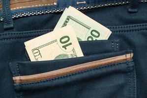 dólares americanos no bolso de trás da calça jeans