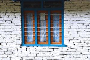 fechou a porta de madeira azul com parede de tijolo