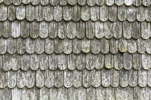 tejas de madera viejas en el techo foto