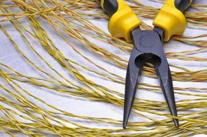 outils électriques et câbles sur surface métallique